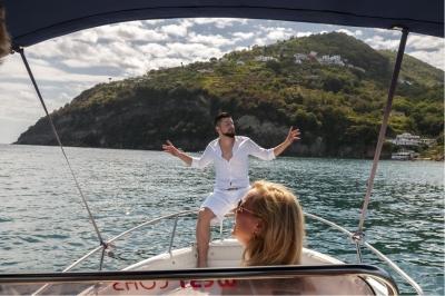 Jay Octavouj auf dem Boot in Ischia beim Musikvideodreh