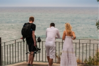 Jay Octavouj und MKMedia schauen aufs Meer in Ischia