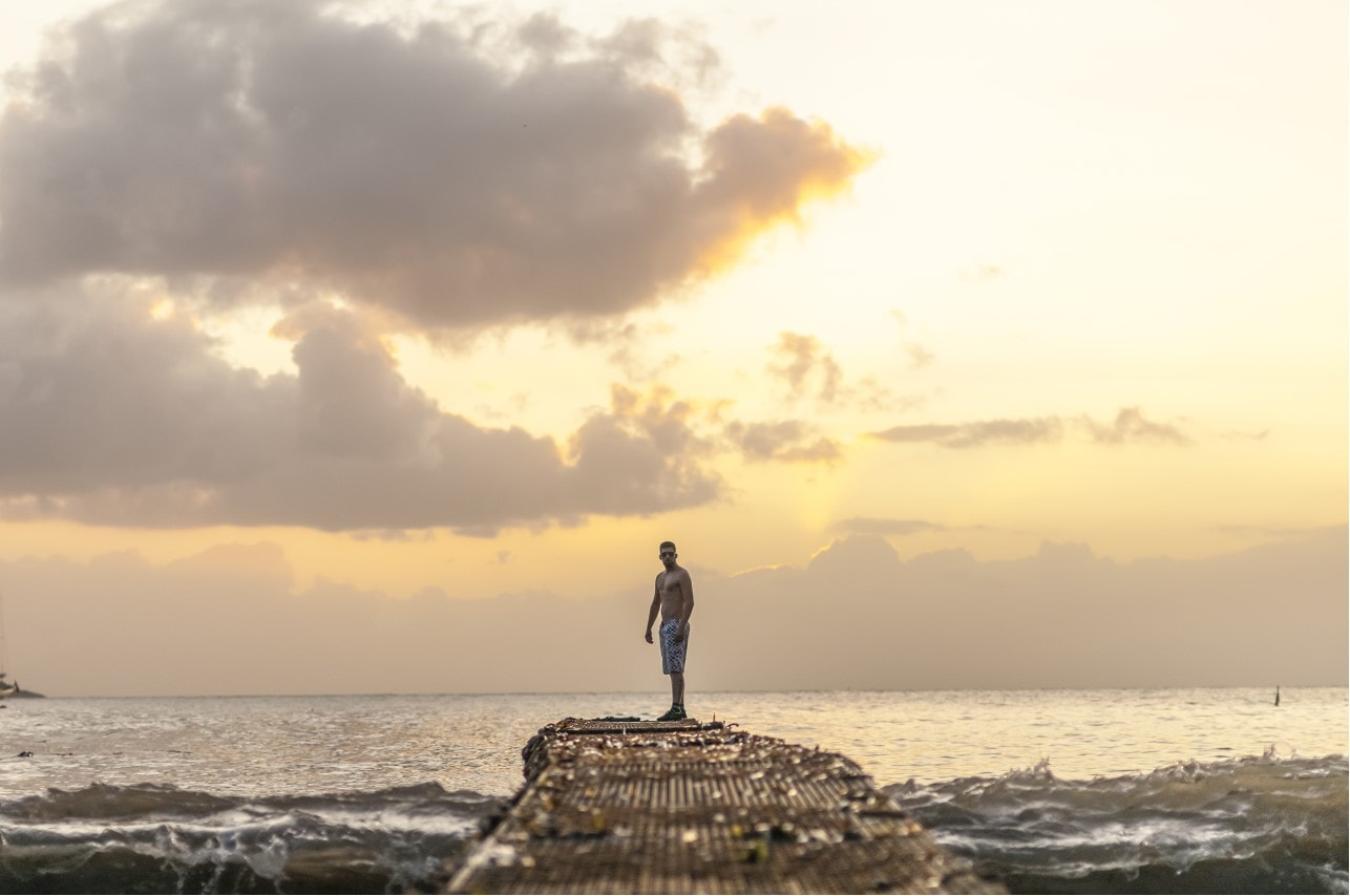 Jay Octavouj auf einem Steg im Sonnenaufgang